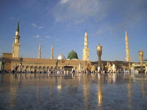 Saudo Arabija,mečetė,bokštai,pastatas,architektūra,tikėjimas,religija,dangus,debesys,žmonės,garbintojai,apmąstymai,takas,orientyras,istorinis,vaizdingas