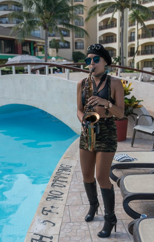 saxophonist  music  performance