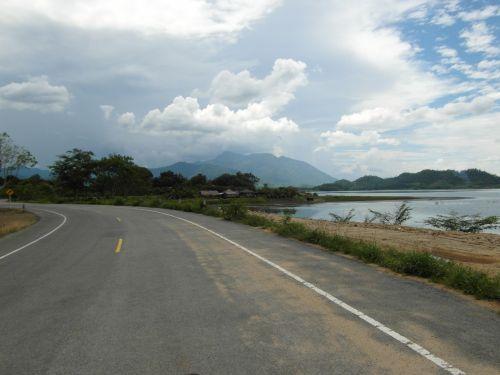 vaizdingas, kelias, keliai, greitkelis, kaimas, kalnai, ežeras, gamta, peizažas, kraštovaizdis, vaizdingas, maršrutas, vairuoja, atviras & nbsp, kelias, tuščia, Laisvas, išlenktas, karštas, saulėtas, atogrąžų, asija, vasara, šventė, atostogos, mėlynas, dangus, vaizdingas kelias