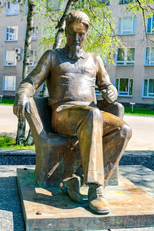 scientist monument bronze