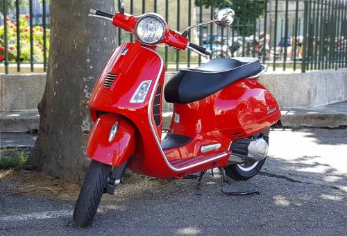 scooter vespa red