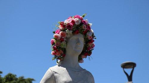sculpture  rose festival  hair decoration