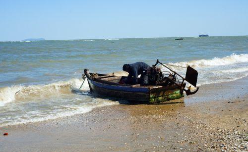 sea fishing boats daily
