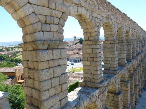 segovia roman aqueduct monument