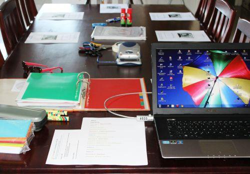 seminar aktenordner laptop