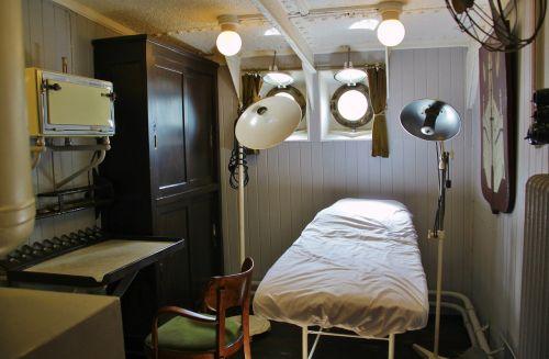 laivo gydytojas,gydytojo salonas,egzamino kambarys,lova,Liège,dėvėti,nakvynė,palatas,ant laivo,buriuotojas,senovinis,senas,lempos,šviesa,prožektorius,lempa,apšvietimas,Senovinis,laivo muziejus,muziejaus laivas,Mercator,ostend,Belgija,kajutė