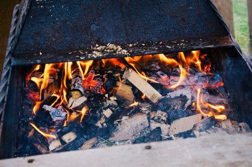 Kebabas,mangalas,vasara,atostogos,bbq,anglis,liepsna,nudegimai,malkos,karščiavimas,dūmai,iškylai,Ugnis
