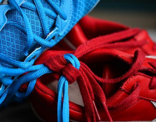 shoelace,mazgas,megzti,kartu,laikytis kartu,ryšys,partnerystė,partneris,avalynė,dviems,shoelaces,įpareigoti,stiprus kartu,simbolika,raudona,mėlynas