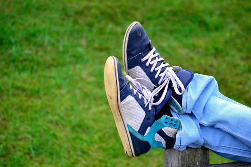 avalynė,parkas,poilsis,atsipalaiduoti,džinsai,batai,berniukas,žolė,sodas,Šri Lanka,ceilonas