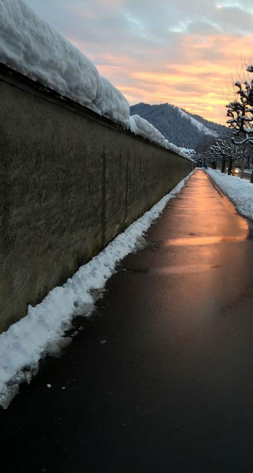 šaligatvis,dangas,abendstimmung,vakarinis auksas,saulėlydis,vakarinis dangus,plokščių medžiai,žiema,sniegas,vienuolyno siena,einsiedeln,canton of schwyz,Šveicarija
