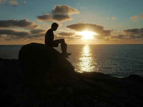 silhouette boy cliffs
