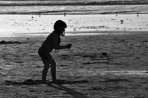 berniukas, vaikas, vaikai, žaisti, jūra, papludimys, vandenynas, siluetas, siluetas, juoda & nbsp, balta, vasara, siluetas vaikas paplūdimyje