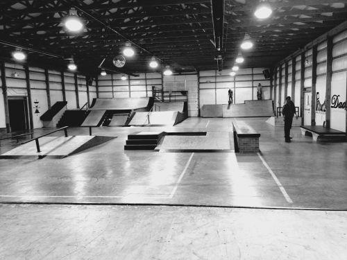 važinėjimas riedlente,riedlenčių parkas,skateboarder,sportas,riedlentė,jaunimas,rampa,gyvenimo būdas,Jodinėjimas,juoda,balta,parkas,patrauklus,Važinėjimas dviračiu,patalpose,bmx,bėgiai,šlifuoti,gudrybės