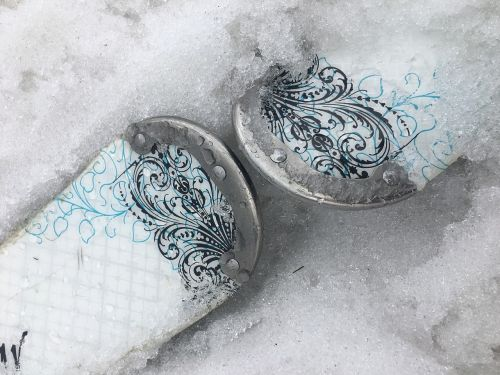 skis shoes skiing