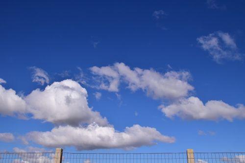 dangus,tvora,sienos,per sieną,per tvorą,viela,spygliuota viela,debesys,Persiųsti,užraktas,įkalintas,troškimas,svajonė,laisvė,viltis