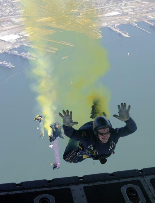 sky diver parachute jump