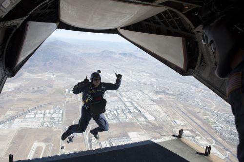 skydiver parachuting free fall