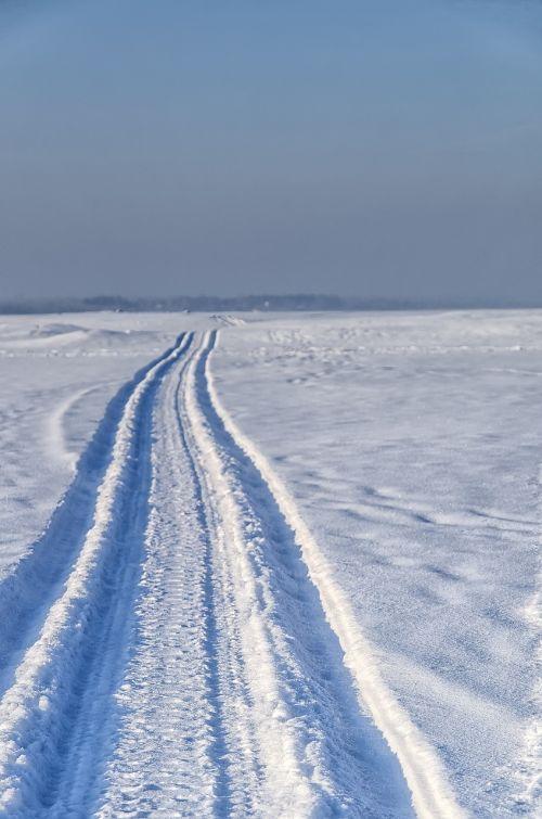sniegas,kelias,sniegomobilis,saulė,žiema,žiemos kelias,šaltis,šaltas,šešėlis,oras,žiemos peizažas,kelio sniegas,kelias namo,kelias į niekur