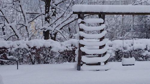 sniegas,sūpynės,vaikams,žaidimų aikštelė,žiema,vakaras,debesų danga,kraštovaizdis,kopėčios,balta,šaltas sezonas,parkas,medis,gamta,žiemos svajonė,vaizdas,palaidotas,švieži sniegas,švieži nuosėdos,storas sniego sluoksnis