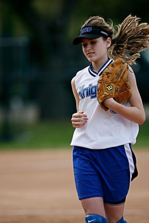 softball player running
