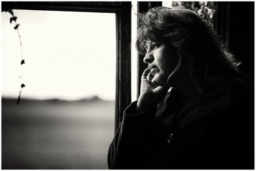 vienatvė,vienatvė,moteris,portretas,juoda ir balta,sąmoningas,liūdesys
