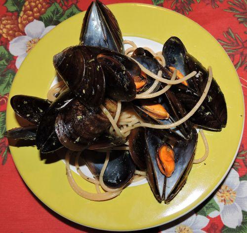 spaghetti mussels dish