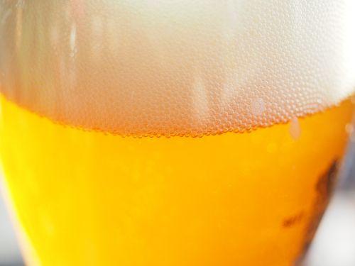 spindesys,putos,galva,alus,gerti,alaus karoliukai,anglies rūgštis,anglies rūgšties karoliukai,skanus,aukso geltona,auksinis,alkoholinis,alkoholis,atsipalaidavimas,stiklas,alaus stiklo,skystas