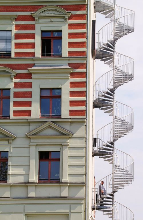 spiraliniai laiptai,laiptai,ugnies pabėgimas,architektūra,pastatas,namai,dangoraižis,fasadas,šiuolaikiška,Vokietija,Berlynas,kapitalas,atsiradimas,palaipsniui,aukštas,sraigė,vyras,langas,stiklo langas,priekinis langas