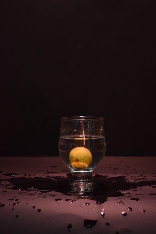 splash glass lemon