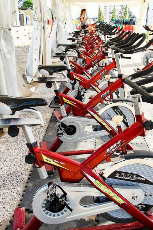 Sportas,moteris,dviratis,raudona,fitnesas,mokymas,sportuoti,namų treneris,ergometras,vasara,out,fitnesas lauke,tinka,treniruotės gamtoje