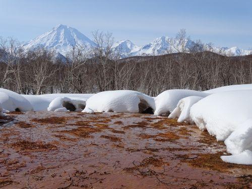 pavasaris, karštosios versmės, sniego tirpimas, upelis, ugnikalniai, kalnai, šviesi diena, šiluma, žiema, tyla, poros, miškas, sniego dramos, gamta, kamchatka, be honoraro mokesčio