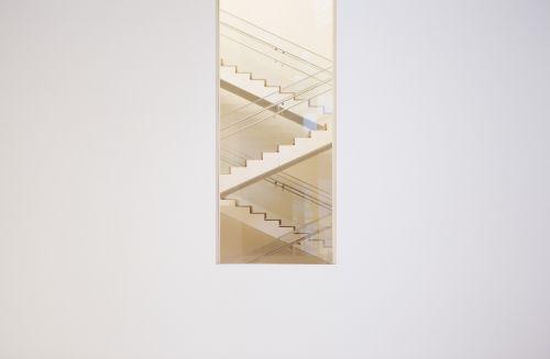 laiptinė,laiptinė,lango rėmas,balta,siena,žingsniai,aukštyn,žemyn,laiptai