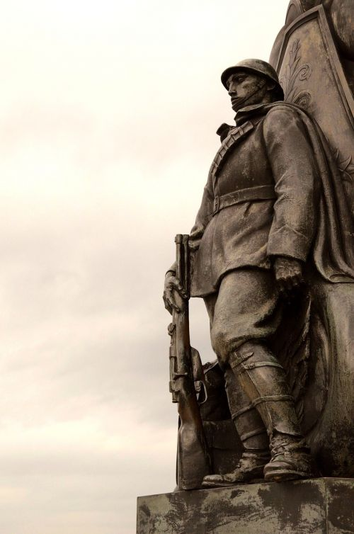 statue piazza piazza unità d'italia