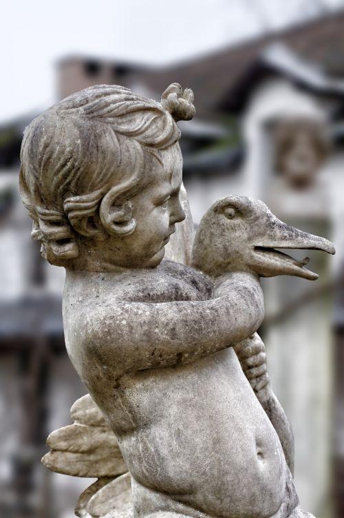 statue child pierre