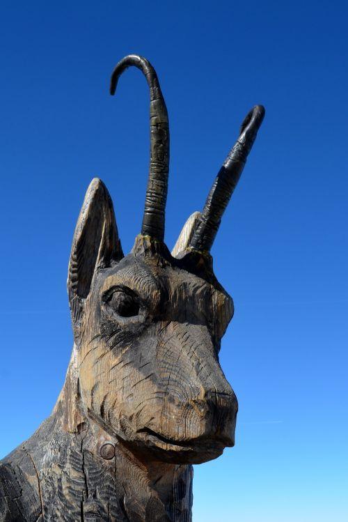 statue gams wood