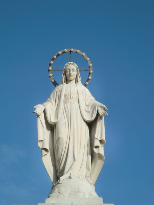 statue maria white