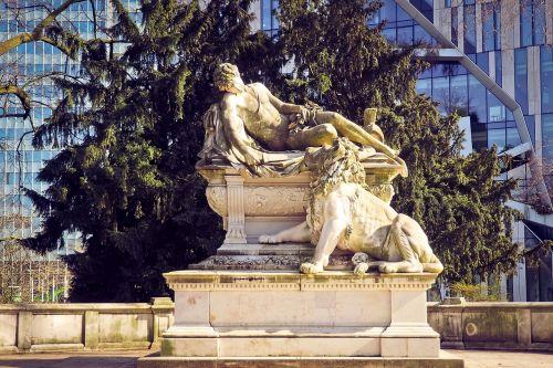 statue monument figure
