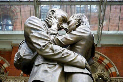 statue adore love