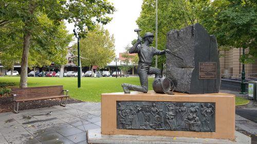 statue gold digger bendigo