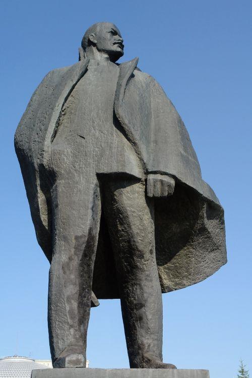 statue huge sculpture