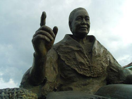 statue old filipino