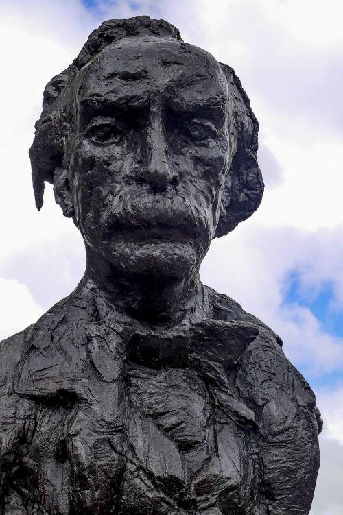 statue bronze poet