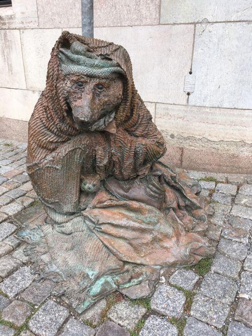 statue beggar stockholm