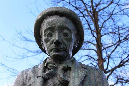 statue  portrait  literature
