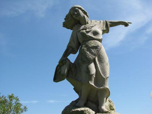 statue sea costa