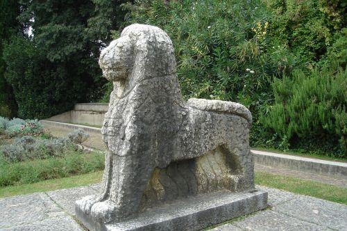 statue leo stone