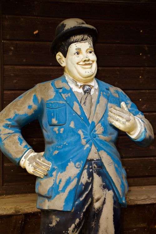 statue man oliver hardy
