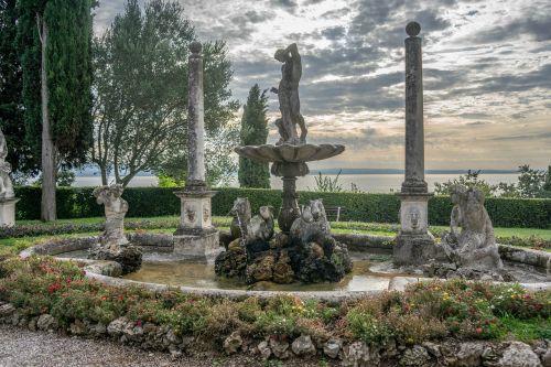 statula,fontanas,sodas,gėlės,sirmione,ežero garda,vila kortinas,Europa,lauke,skulptūra