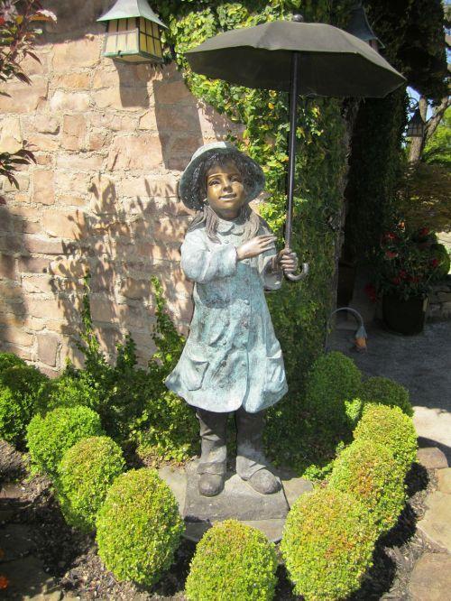 statue umbrella bronze