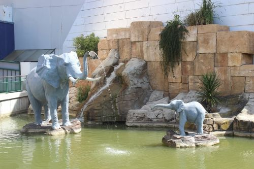 statues elephants basin